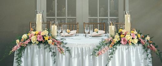 amplasare, plasare, asezare, aranjament floral, flori, aranjamente, nunta, botez, zi de nastere, cina, familie, sarbatoare, Craciun, Pasti, centrul mesei, mijloc, margine, o parte, doua parti, bufet, aranjament mare, invitati, masa rotunda, masa dreptunghiulara, masa lunga, lumanari