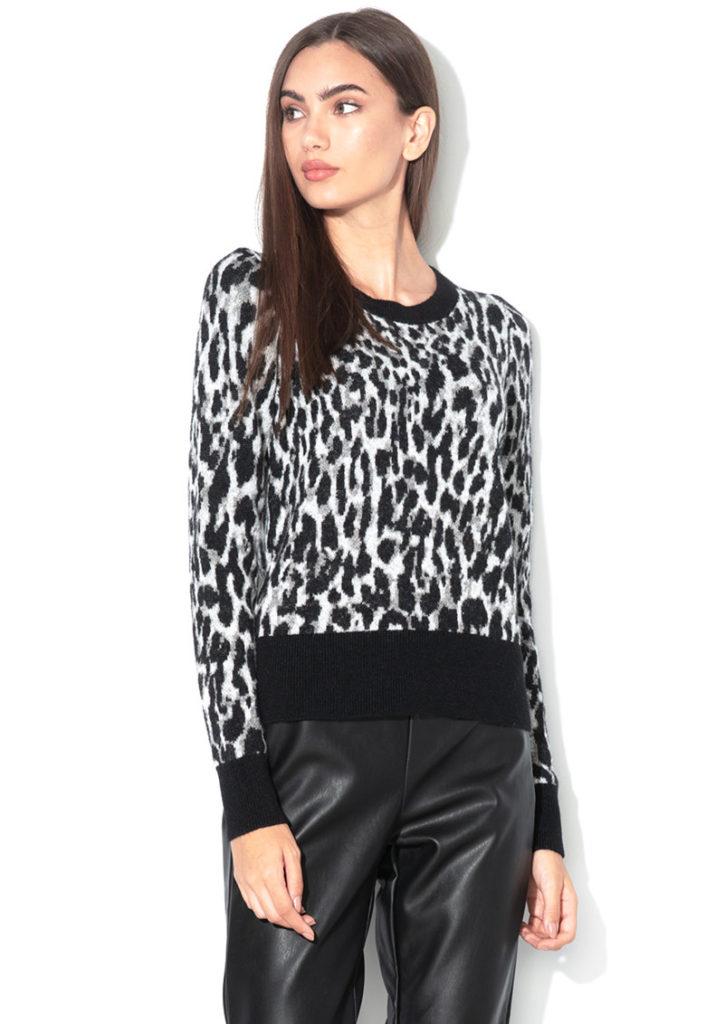 pulover cu print animal alb-negru