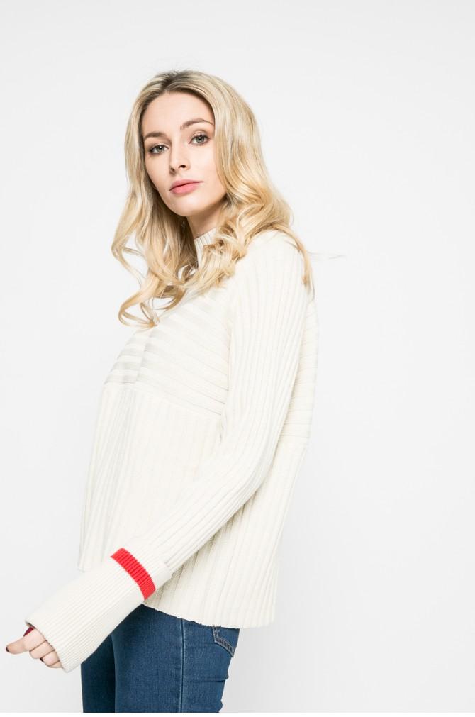 pulover tricotat cu maneci clopot
