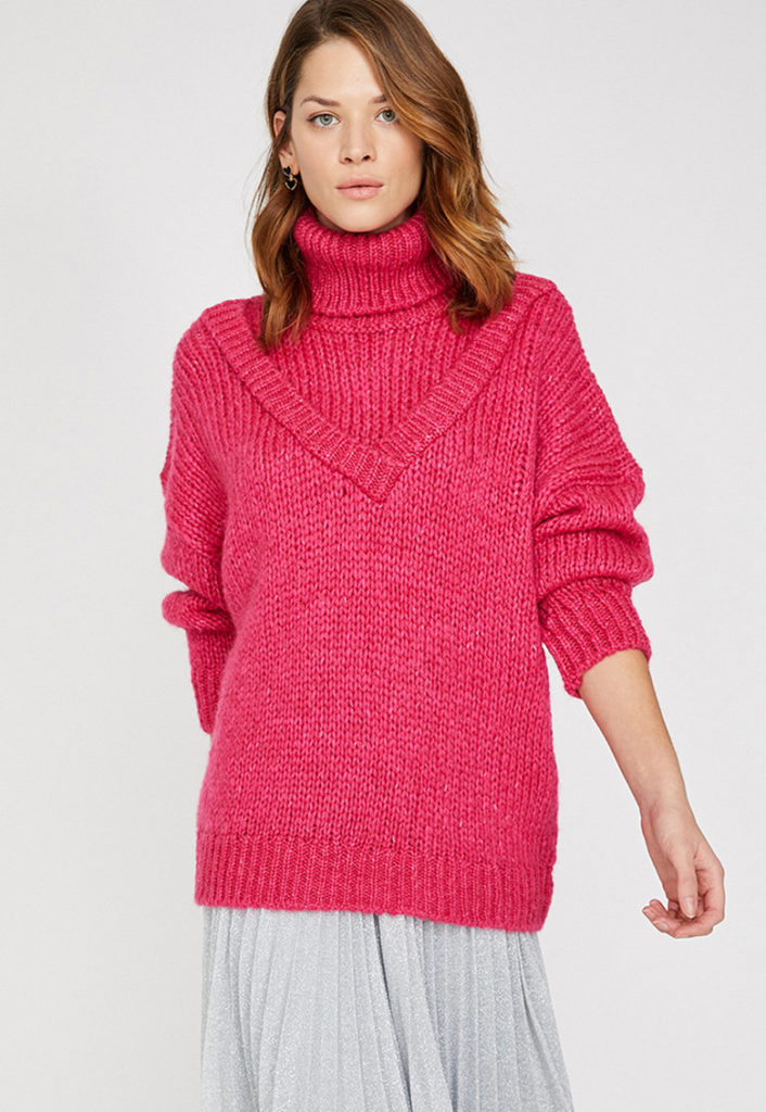 pulover tricotat roz cu guler inalt