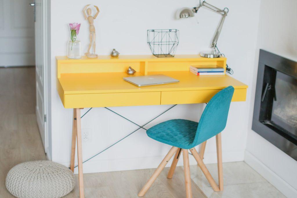birou colorat galben