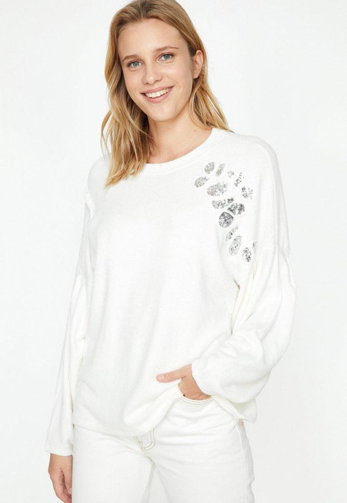 pulover alb cu paiete aplicate