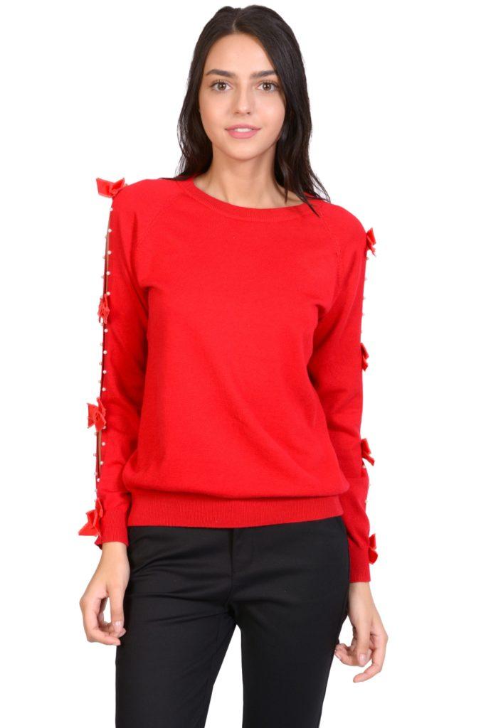 pulover rosu cu maneci brodate