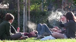 tineri care fumeaza