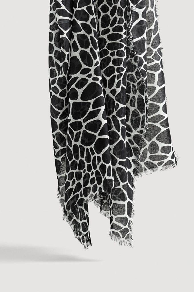 esarfa alba-neagra cu print zebra