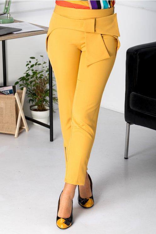 pantaloni cu curea deosebita