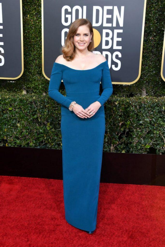 actrita cu rochie lunga albastra