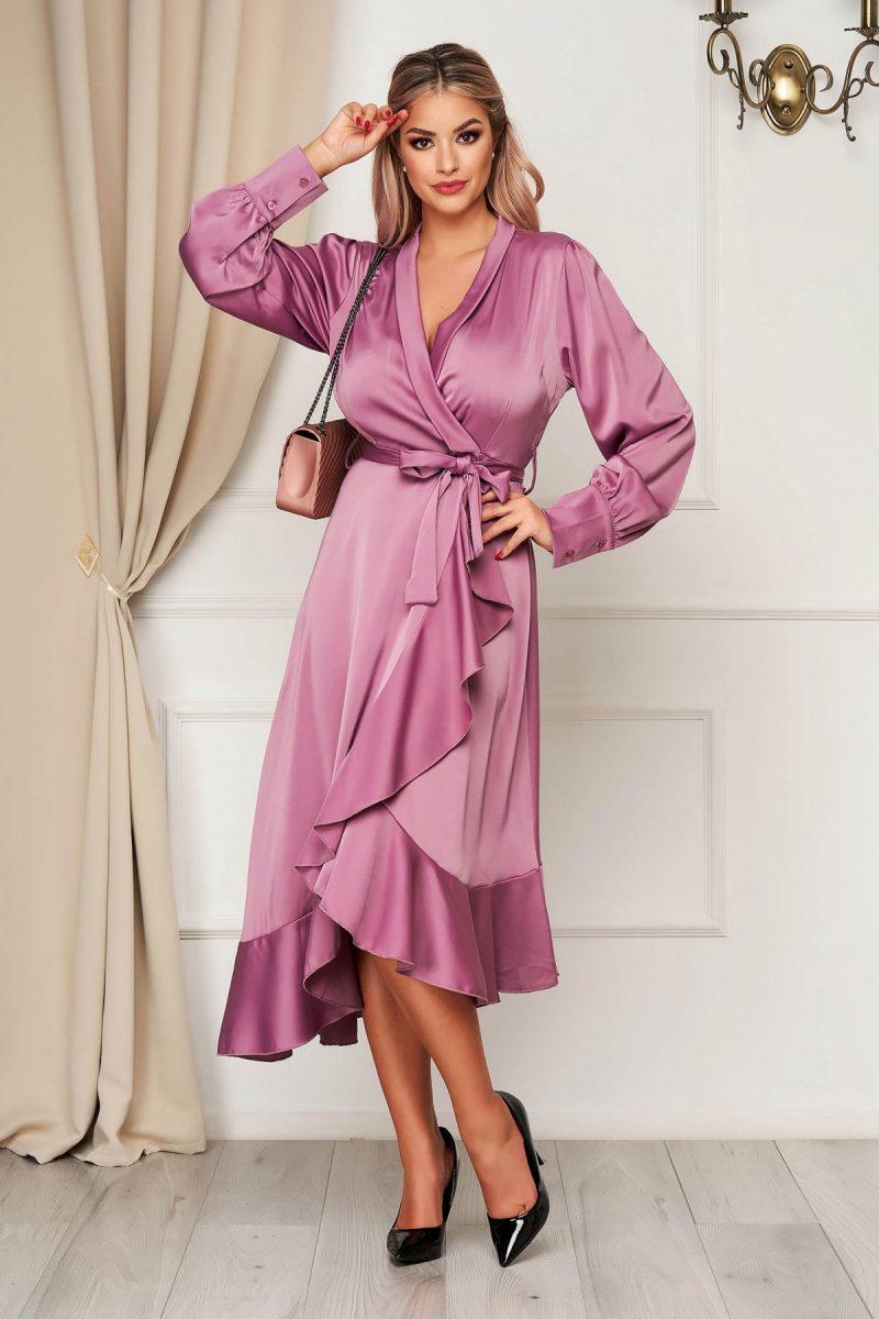 Rochie lila eleganta in clos decolteu petrecut din material satinat cu volanase la baza rochiei accesorizata cu cordon -