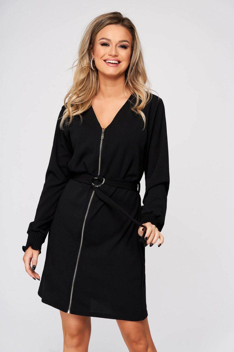Rochie  neagra de zi cu un croi drept cu decolteu in v accesorizata cu cordon