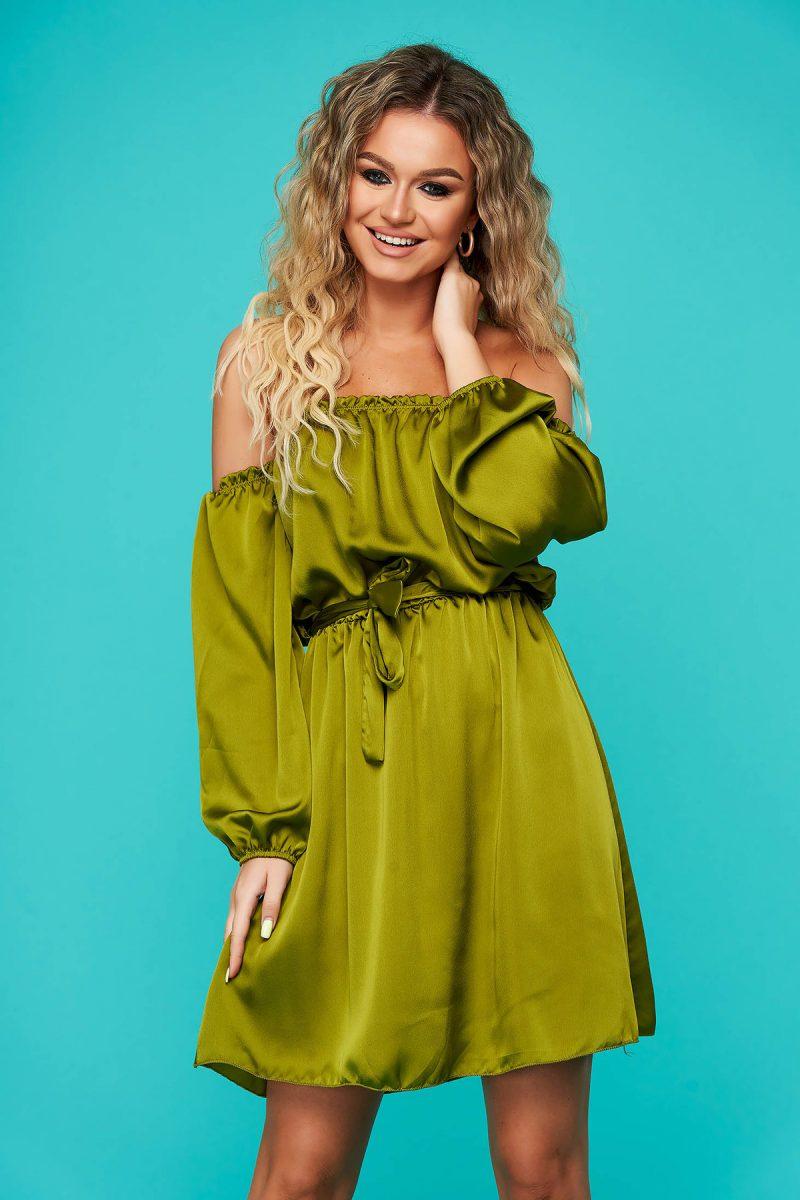 Rochie verde eleganta clos cu elastic in talie cu umeri goi accesorizata cu cordon din material satinat -