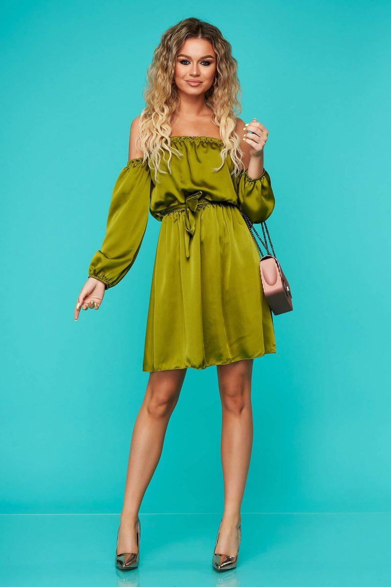 Rochie  verde eleganta clos cu elastic in talie cu umeri goi accesorizata cu cordon din material satinat