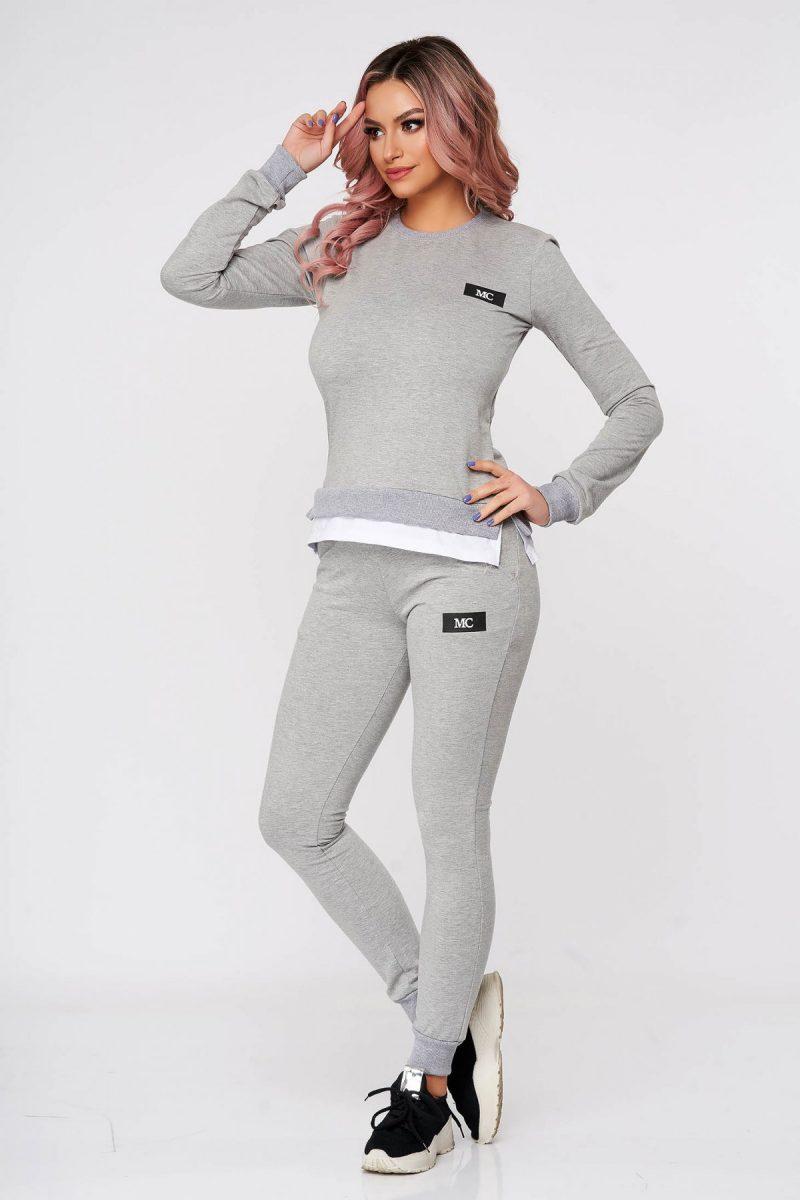 Trening dama gri din 2 piese cu pantalon din bumbac usor elastic cu croi larg si slit lateral -