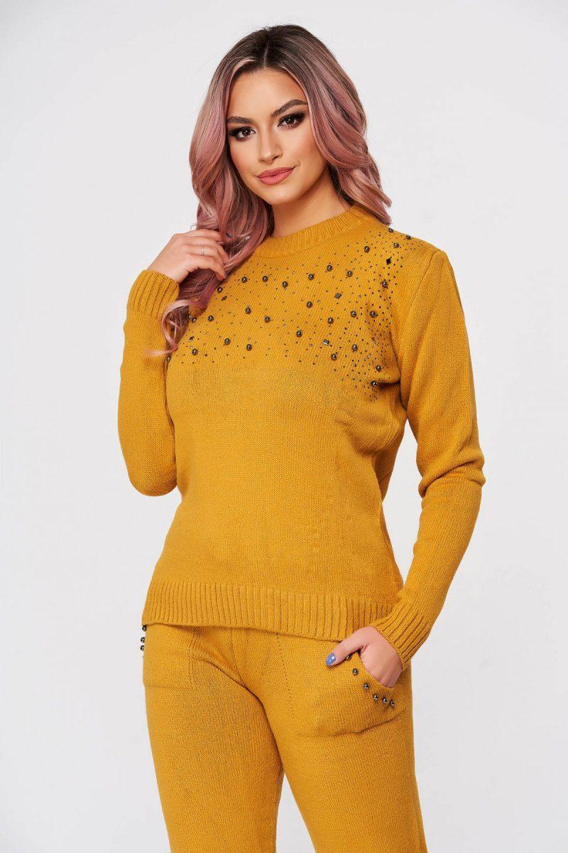 Trening dama mustariu tricotat din doua piese cu talie medie si aplicatii cu perle -